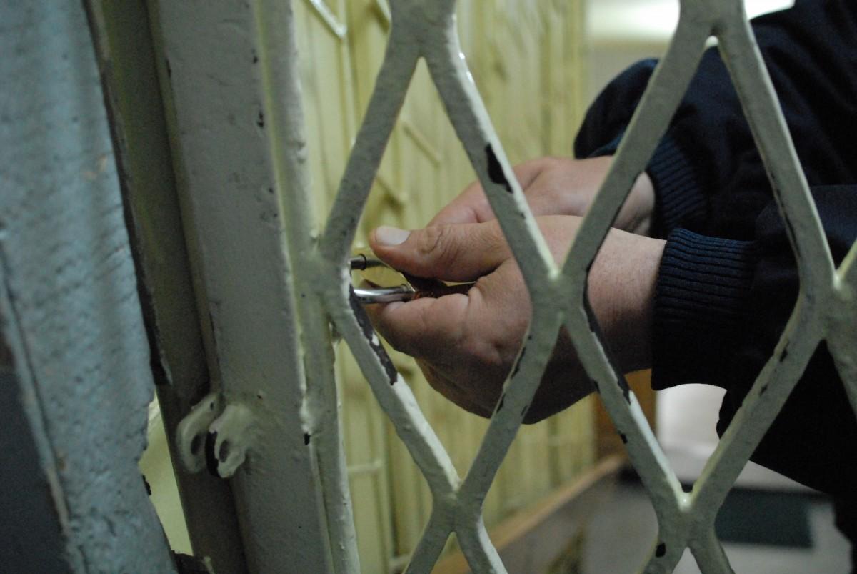 Doi tineri sunt reținuți de polițiști după ce au furat bijuterii și alcool dintr-o casă din Târnava