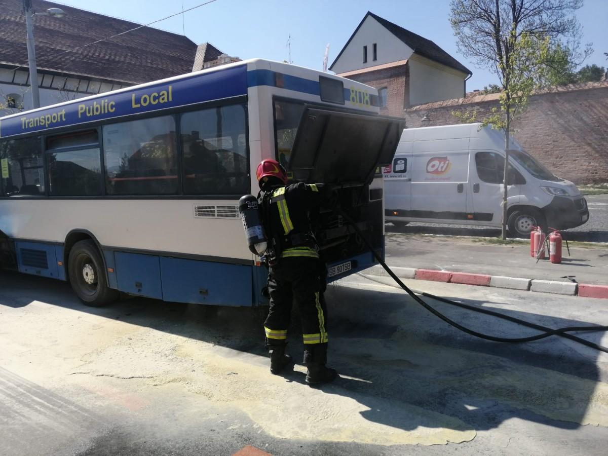 Motorul unui autobuz a luat foc, pe bulevardul CorneliuCoposu