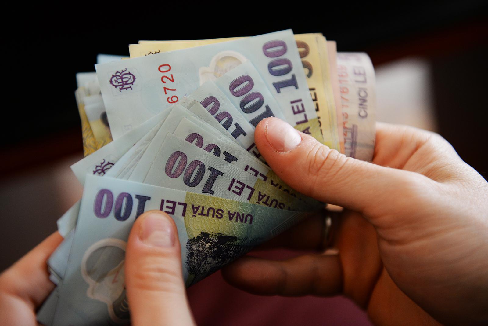 Guvernul mărește salariul minim până la 2.230 de lei brut
