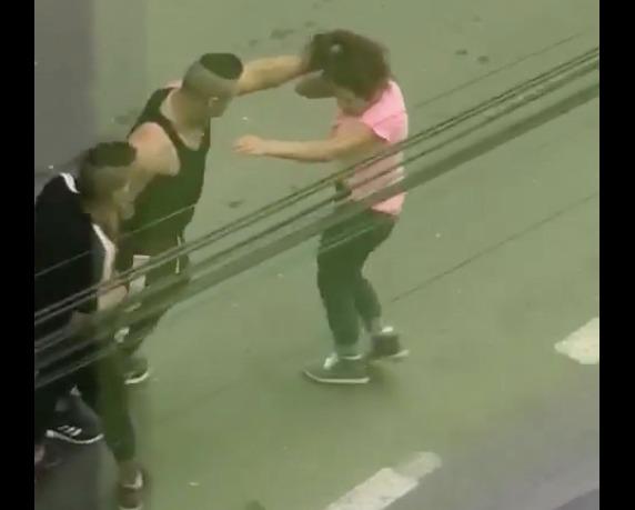 VIDEO Bătaie în stradăla Sibiu:un bărbat lovește fără milă o tânără