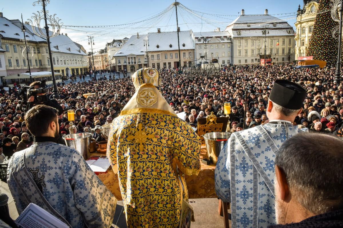 FOTO-VIDEO Mii de credincioși aproape au umplut Piața Mare ca să iaaghiasmă