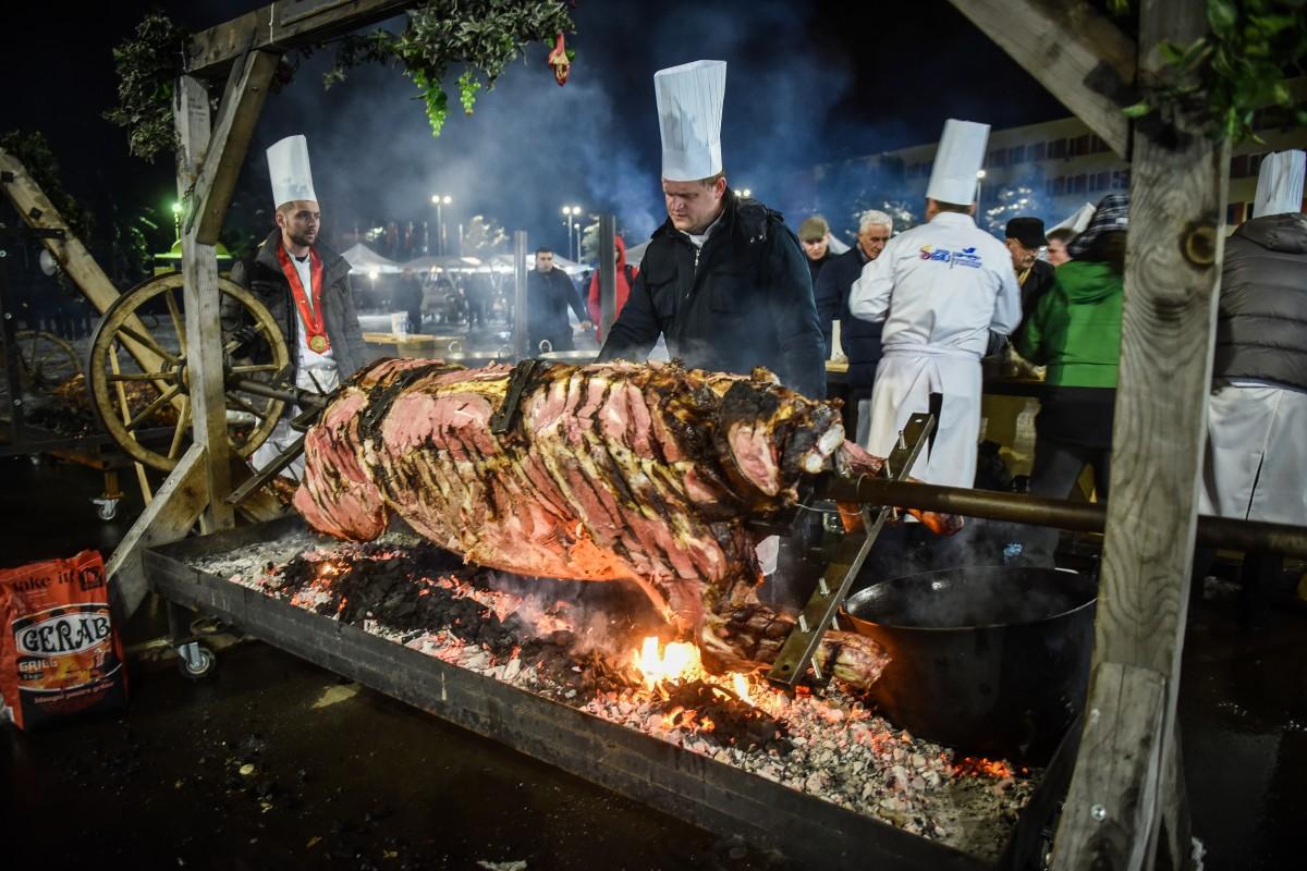Sibiul și-a preluat titlul de Regiune Gastronomică: de la macaroane, la oaie la proțap, farfurii comestibile, muzică clasică șilăutărească