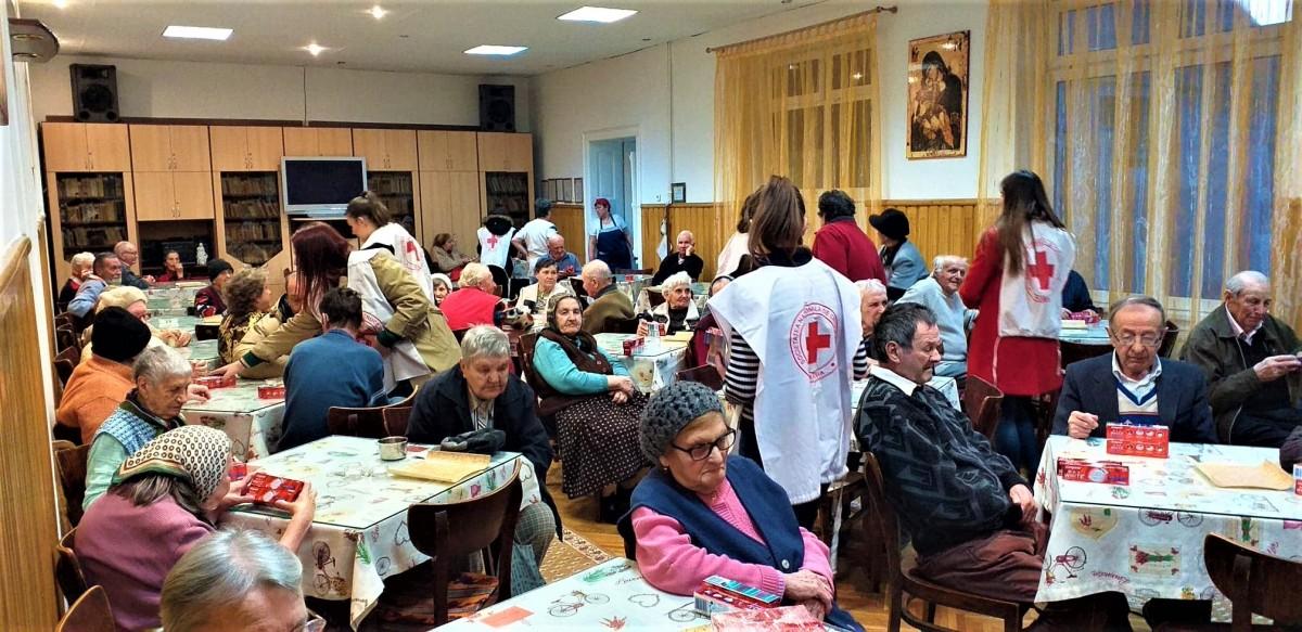 Voluntarii Crucii Roșii au împărțit mărțișoare și zâmbete bătrânilor din cămin