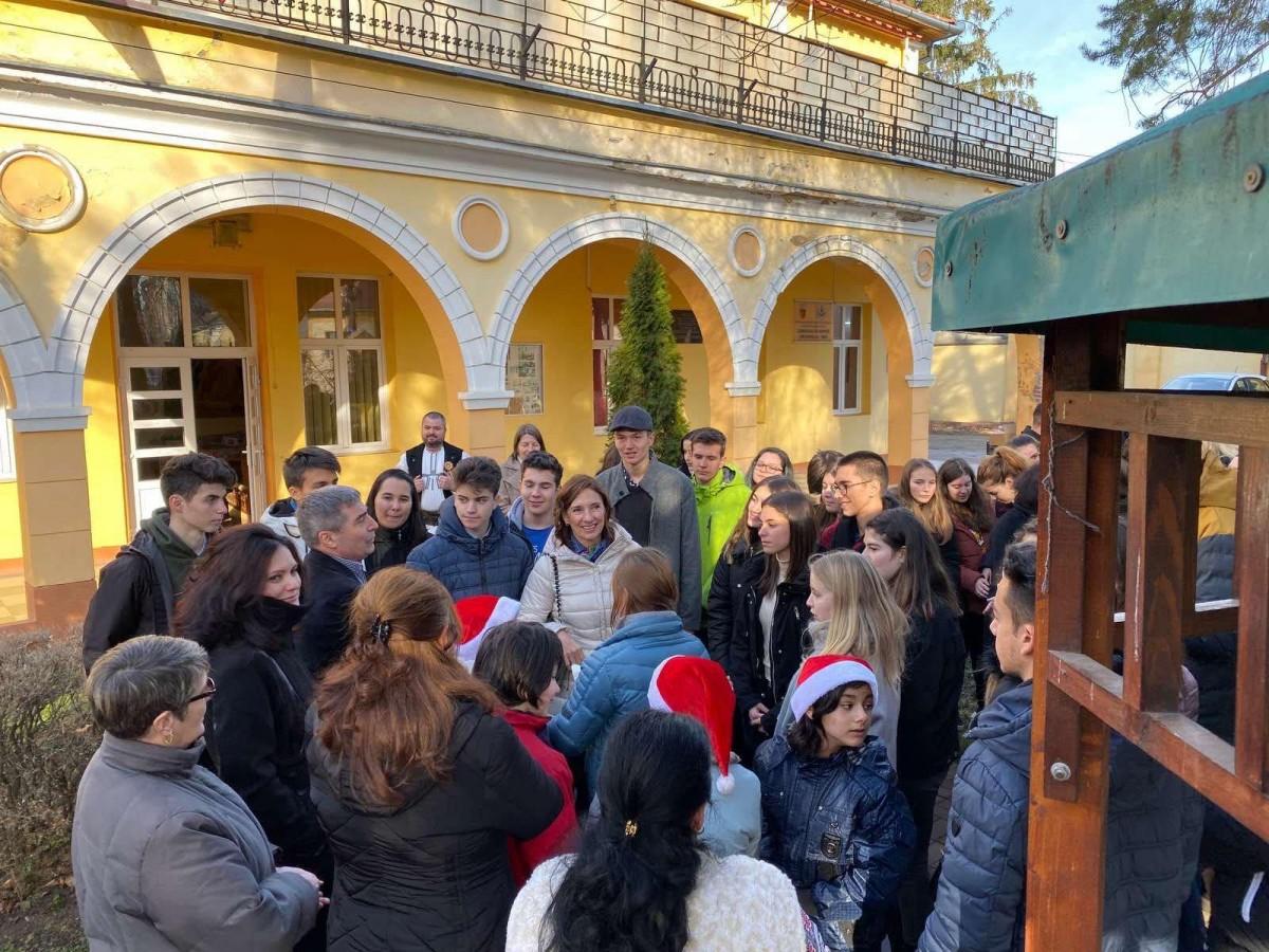 """Prima doamnă, Carmen Iohannis, a vizitat centrul """"Prichindelul"""" alături de elevii de la Lazăr"""