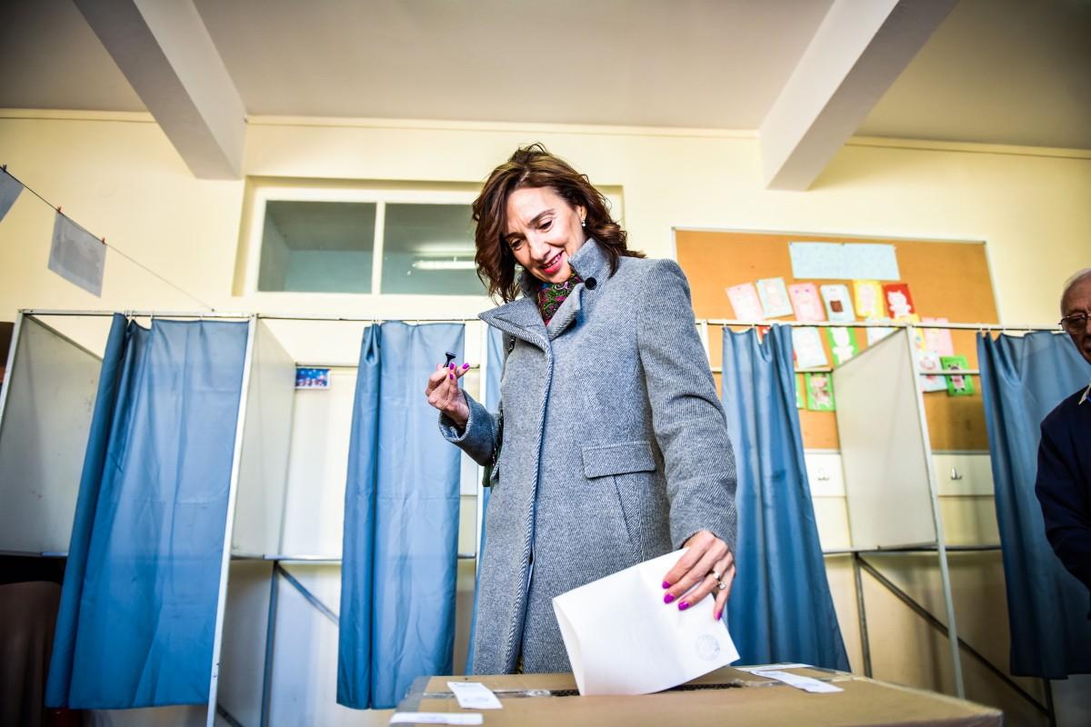 """FOTO VIDEO Carmen Iohannis îi îndeamnă pe oameni să voteze. """"Nu subestimați importanța zilei de astăzi"""""""