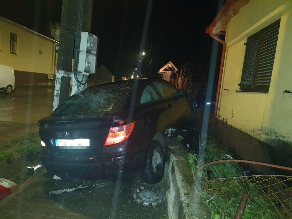 Băut, fără permis și cu mașina neînmatriculată, a lovit un stâlp și gardul unei case, la Cârța