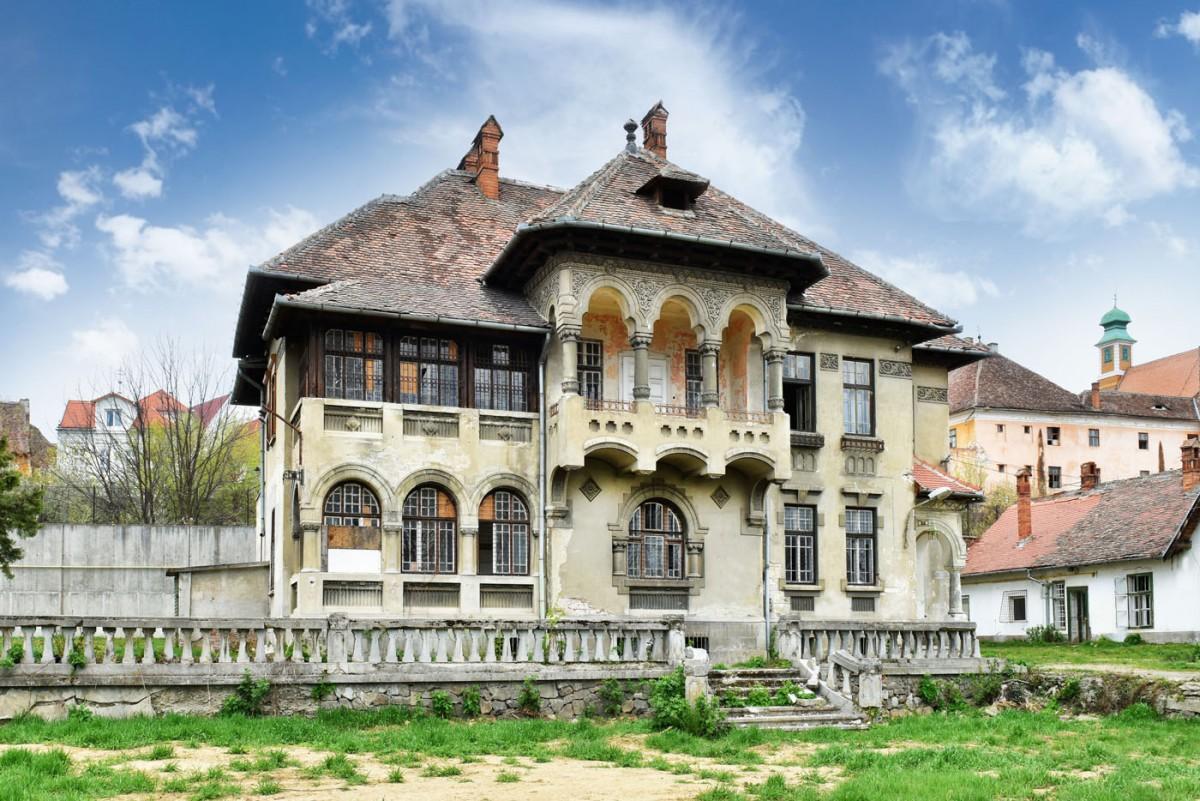FOTO – Una dintre cele mai frumoase clădiri din Sibiu, scoasă la vânzare cu peste 2 mil. de euro