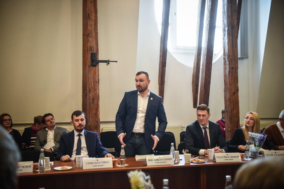 VIDEO-Consilierul Adrian Bibu a înmânat primarului Astrid Fodor lista cu semnăturile pentru susținerea sportului sibian