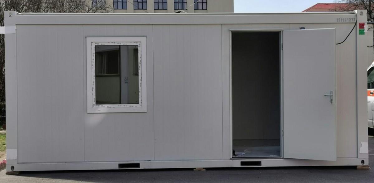 Containere, în loc de corturi la Urgențe. Era frig și nu se putea măsura temperatura oamenilor