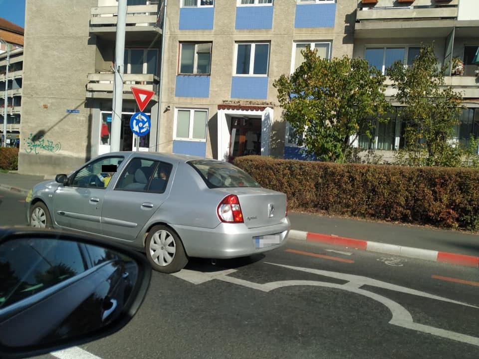 Tatăl copilului de doi ani pozat la volan în centrul orașului a fost amendat