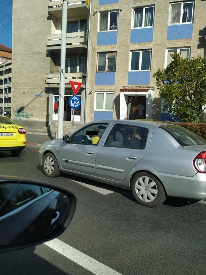 """Copil pozat la volan, în centrul orașului. Poliția Sibiu: """"Acest comportament nu poate fi tolerat"""""""