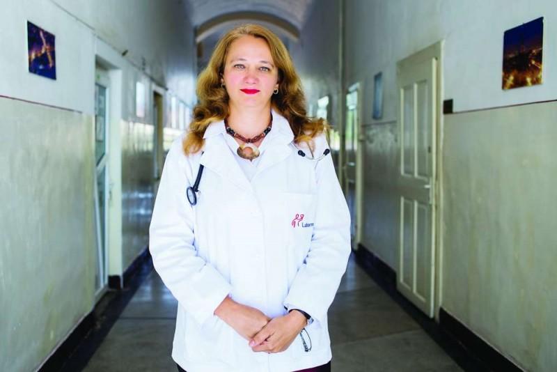 """Alergologul Corina Porr: """"Este important ca în această perioadă pacienții să continue tratamentul pentru astm, rinită alergică sau alte afecțiuni alergice"""""""