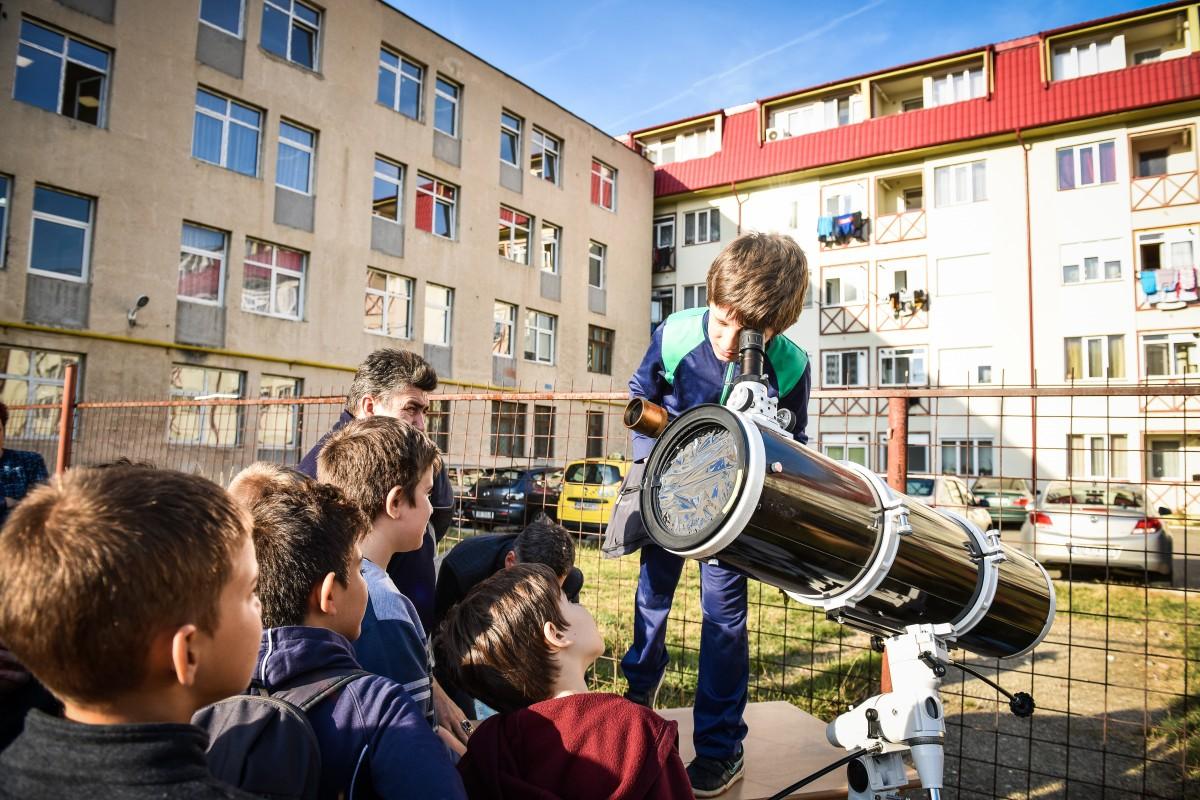 """FOTO VIDEO """"Punctul negru de pe discul alb"""", urmărit de zeci de copii curioși, la Palatul Copiilor"""