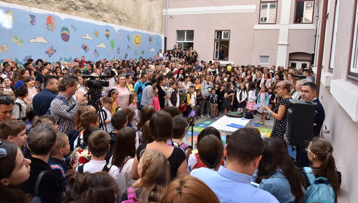 Anul școlar a început la Sibiu după tot tipicul: preot, pompier, polițist, inspector și sunet slab