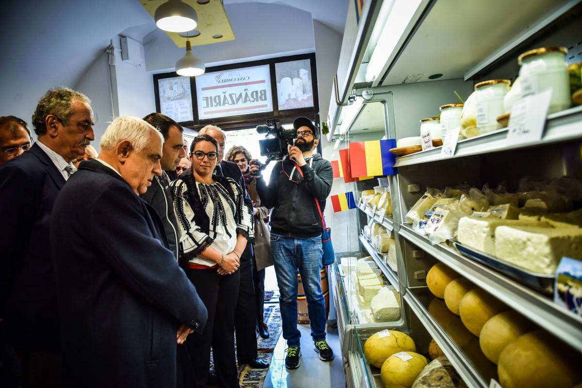 """FOTO Care sunt prețurile în noul magazin de brânzeturi locale din Sibiu. Daea: """"Să țineți la calitate"""""""