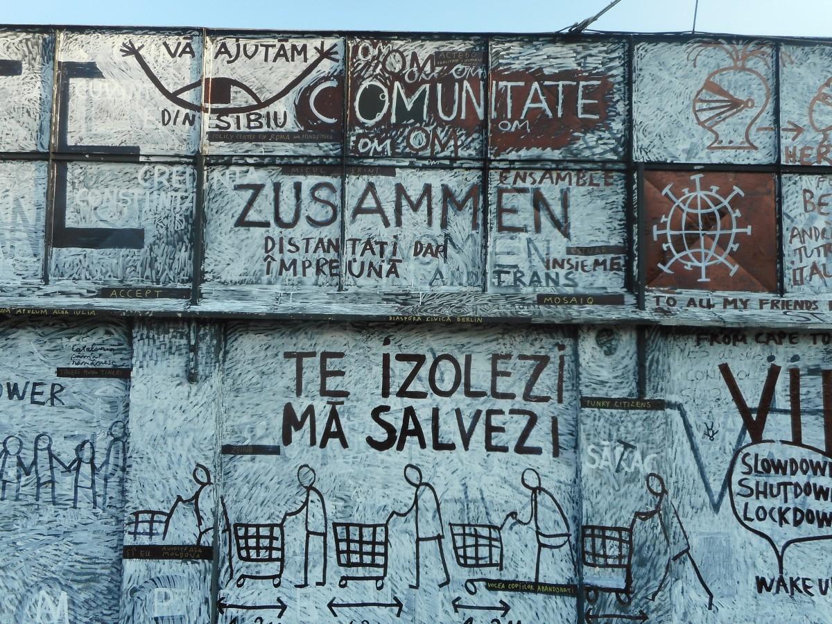 """FOTO Artistul sibian Dan Perjovschi a modificat zidul de lângă TNRS. Acum are un """"jurnal de virus"""""""