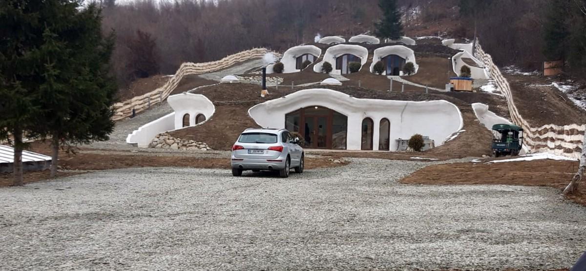 """După Castelul de lut, Sibiul are """"Dealul verde"""" - un nou obiectiv turistic privat unic în România"""