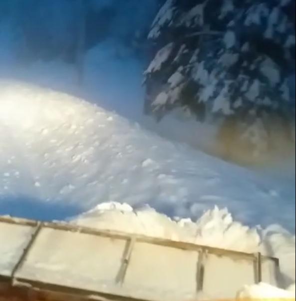 VIDEO/ Peste 120 de tone de sare s-au răspândit, noapte trecută, pe carosabilul din județul Sibiu