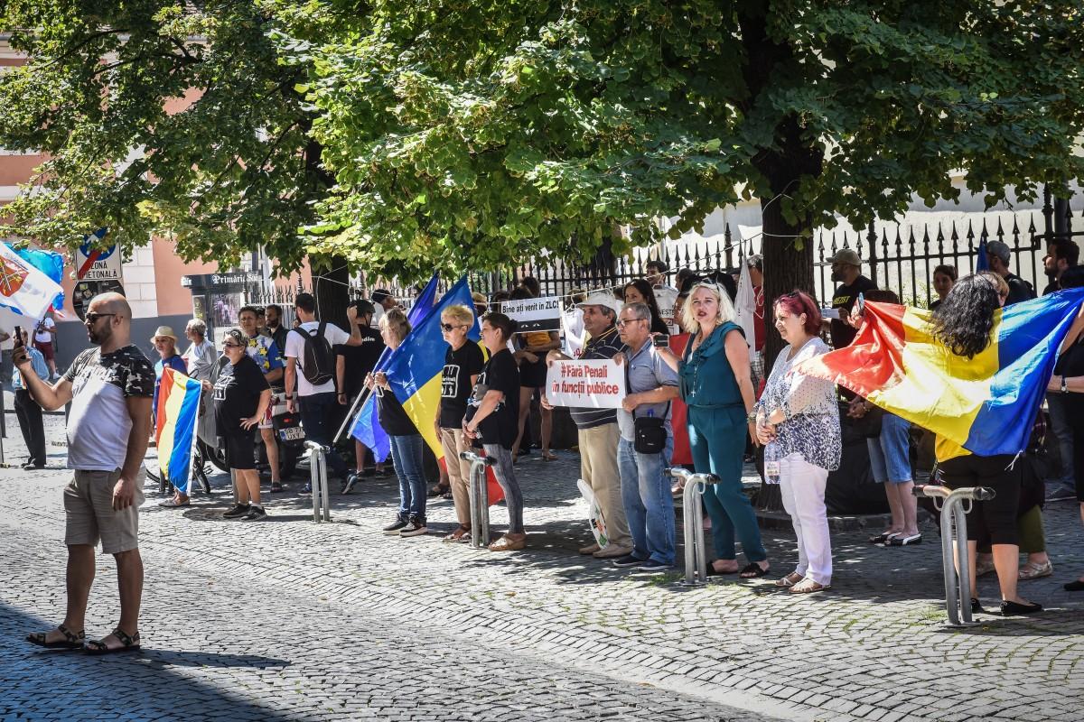 """Președintele PSD Sibiu, discuții cu protestatarii din fața sediului: """"Nu știu nici ei ce mai cer"""""""