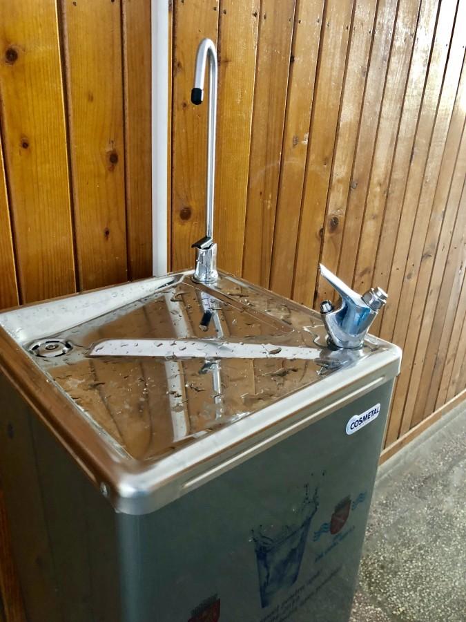În cinci școli din Sibiu elevii vor avea apă potabilă de la dozator