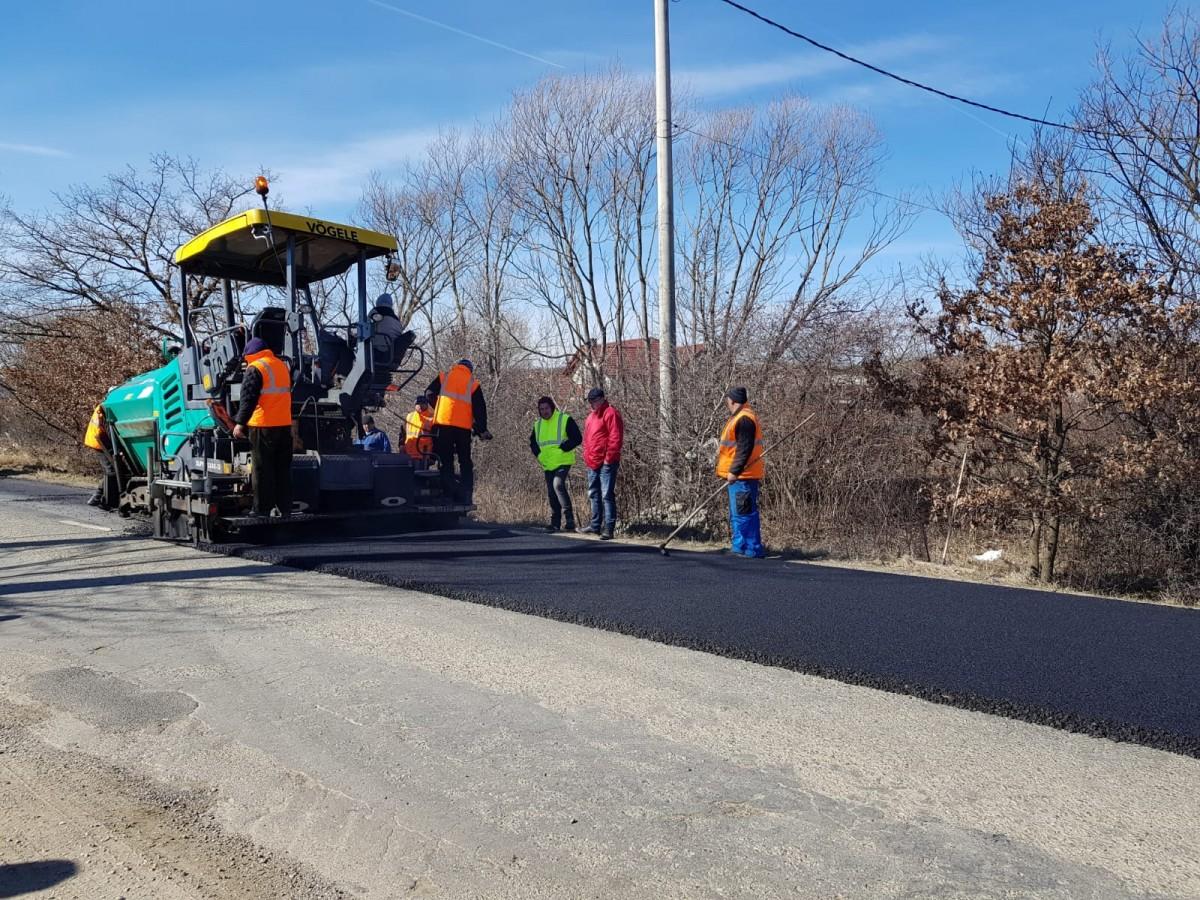 Drumuri și Poduri Sibiu amenajează două parcări noi în Păltiniș și a reasfaltat un tronson de drum