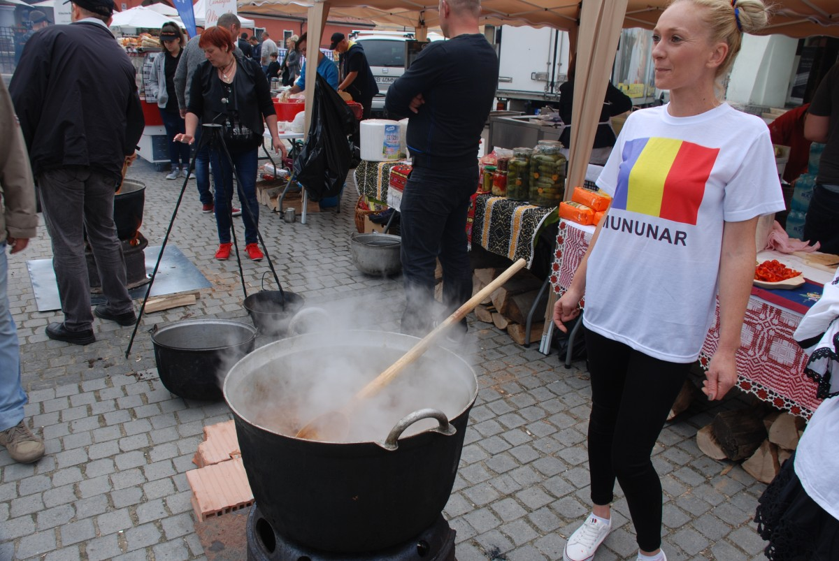 Preparate cu ingrediente locale la festivalul gastronomic Gustos.Românesc!