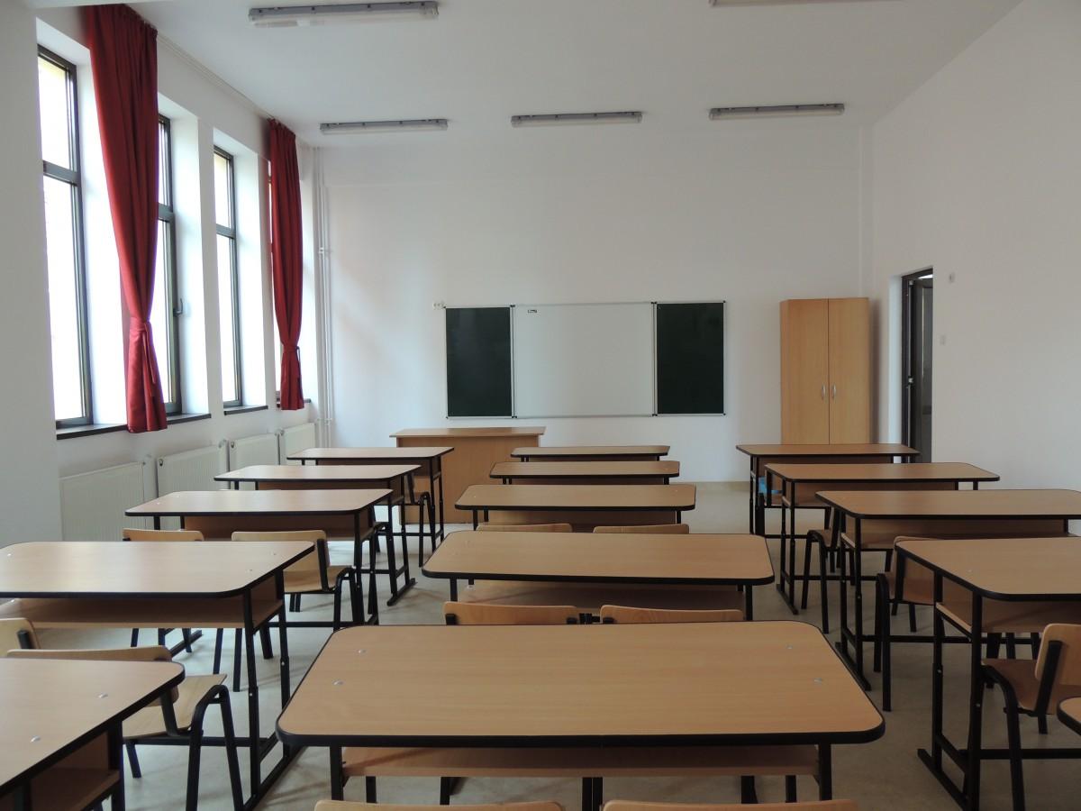Ministrul Educației:elevii din anii terminalipot revenila școalăîn 2 iunie cu cel multzece elevi în clasă