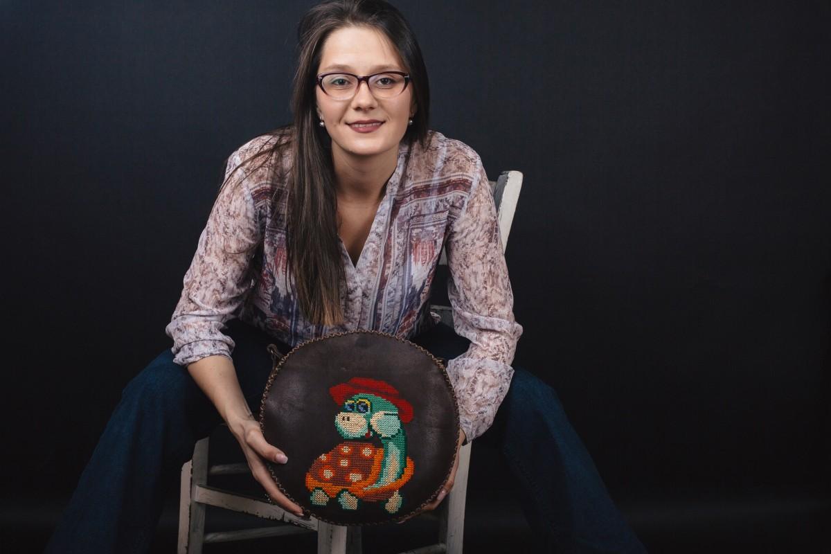 Micile afaceri: Împreună cu părinții ei, o tânără creează genți din piele, cusute de mână