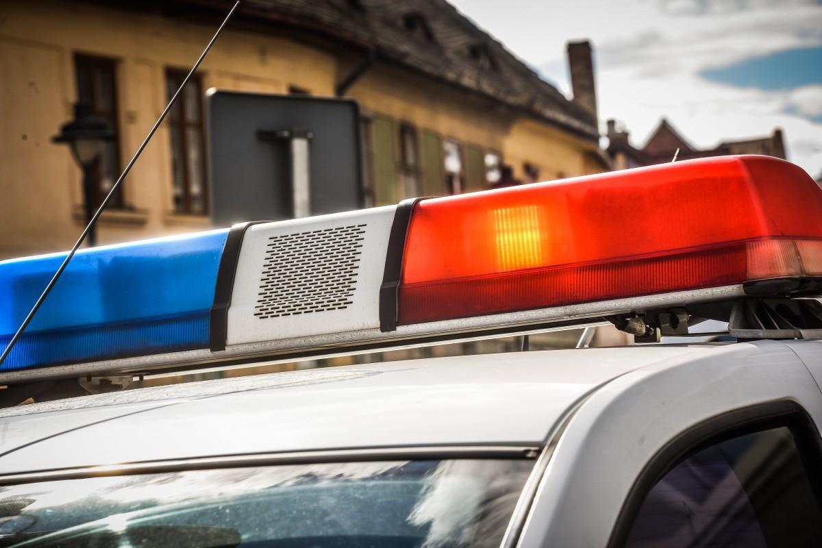 A furat o mașină și a lovit o alta într-o benzinărie. Era băut și fără permis