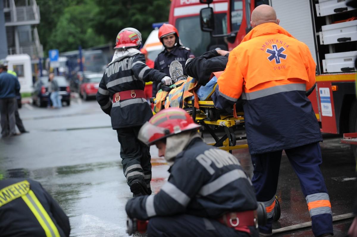 Incendiu în Axente Sever: Pompieri militari lucrează la lichidarea incendiului