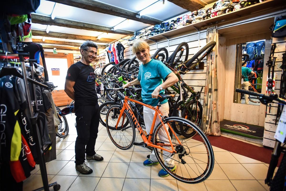 Micile afaceri. De 23 de ani, familia Voinescu vinde biciclete și echipamente sportive
