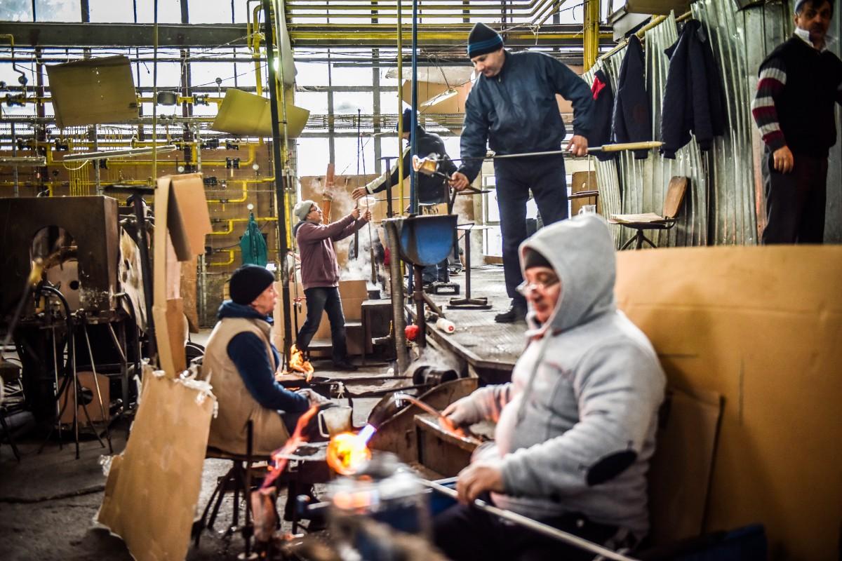 """Ultima fabrică de sticlă din țară se deschide pentru turiști, la Avrig. """"Am făcut pahare pentru nunta prințului Charles""""VIDEO FOTO"""