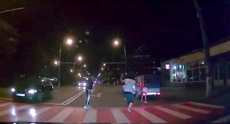 VIDEO-Fetiță acroșată după ce fuge pe trecerea de pietoni