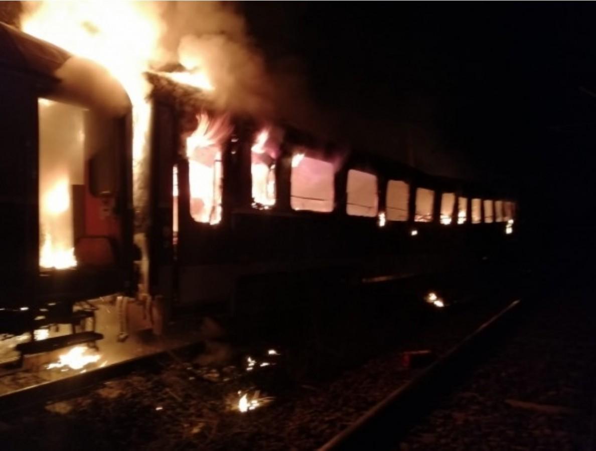 Personalul Brașov – Mediaș a luat foc. O persoană a murit într-un vagon cuprins de flăcări