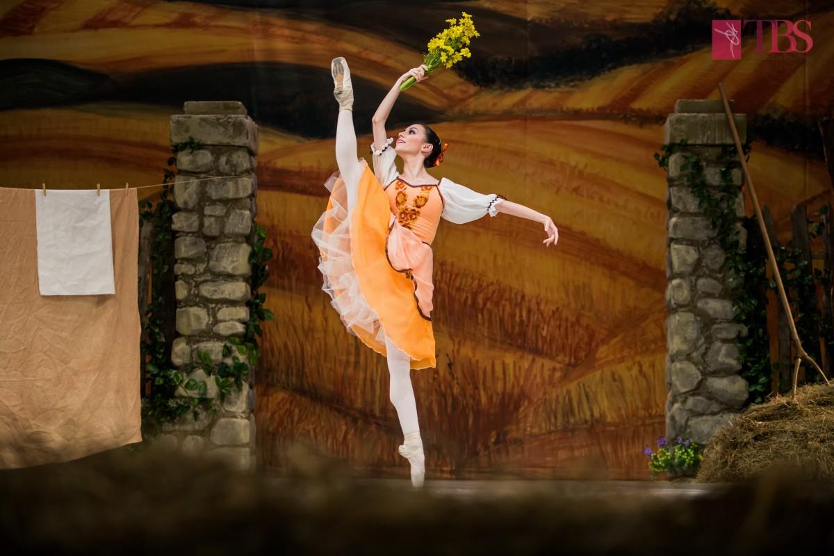 """Baletul comic """"La fille mal gardée"""" se dansează pe scena Centrului Cultural Ion Besoiu"""