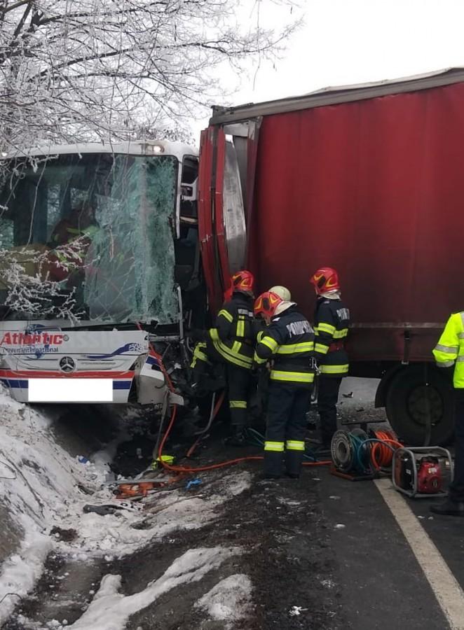 FOTO-Accident la Tălmaciu:Șoferul autocarului a fost descarcerat