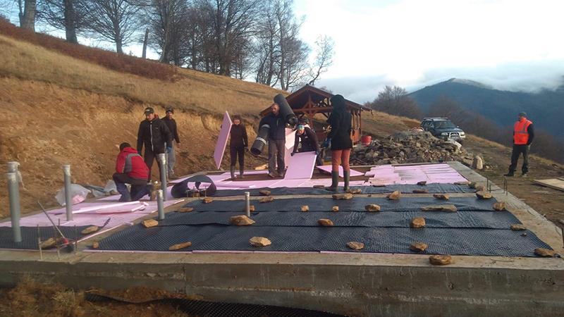 """Proiectele maratonului. Căsuța din Munți de lângăvârfulMăgura: """"Avansăm cu lucrările"""""""