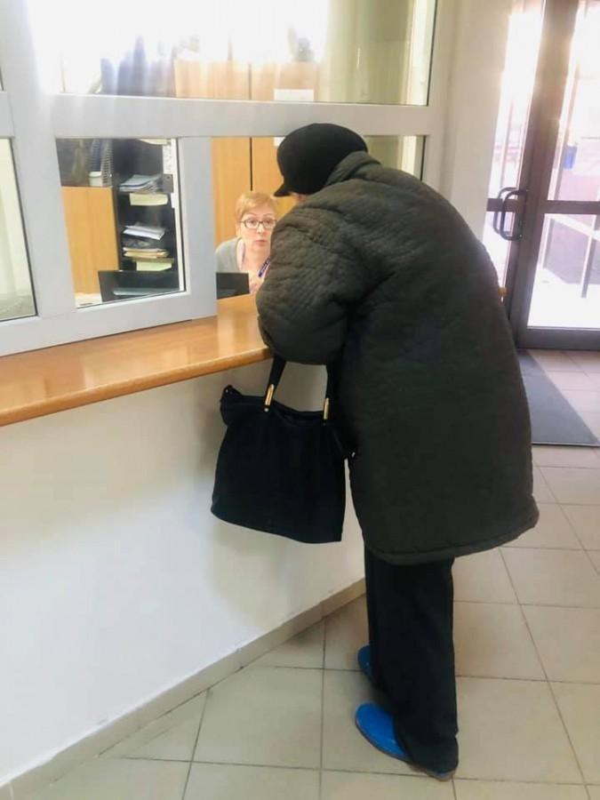 Ministrul Munciivrea să dărâmezidurile de la Casele de Pensii: Văd pensionarii cerând informaţii printr-o uşiţă dincolo de care angajatul stă comod pe scaun