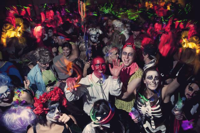 Ce facem de Halloween? Mergem la paintball noaptea și ne distrăm la petrecerile din baruri
