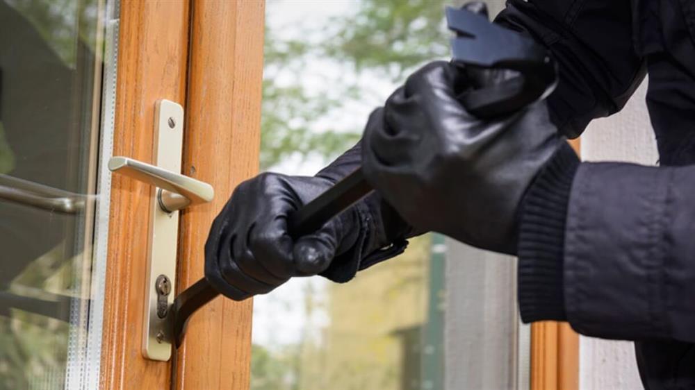 Arest preventiv pentru cei trei tineri care au furat alimente și alcool dintr-o casădin Alțâna