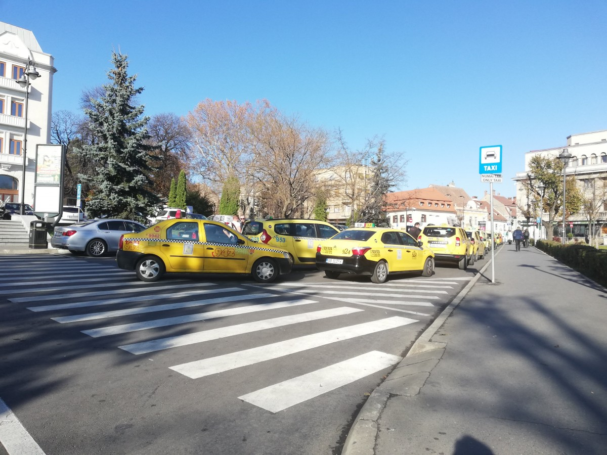 """Taximetriștiiopresc unde vor, Poliția îi amendează, ei ridică din umeri. """"Ne înjură șoferii, dar nu avem ce face"""""""