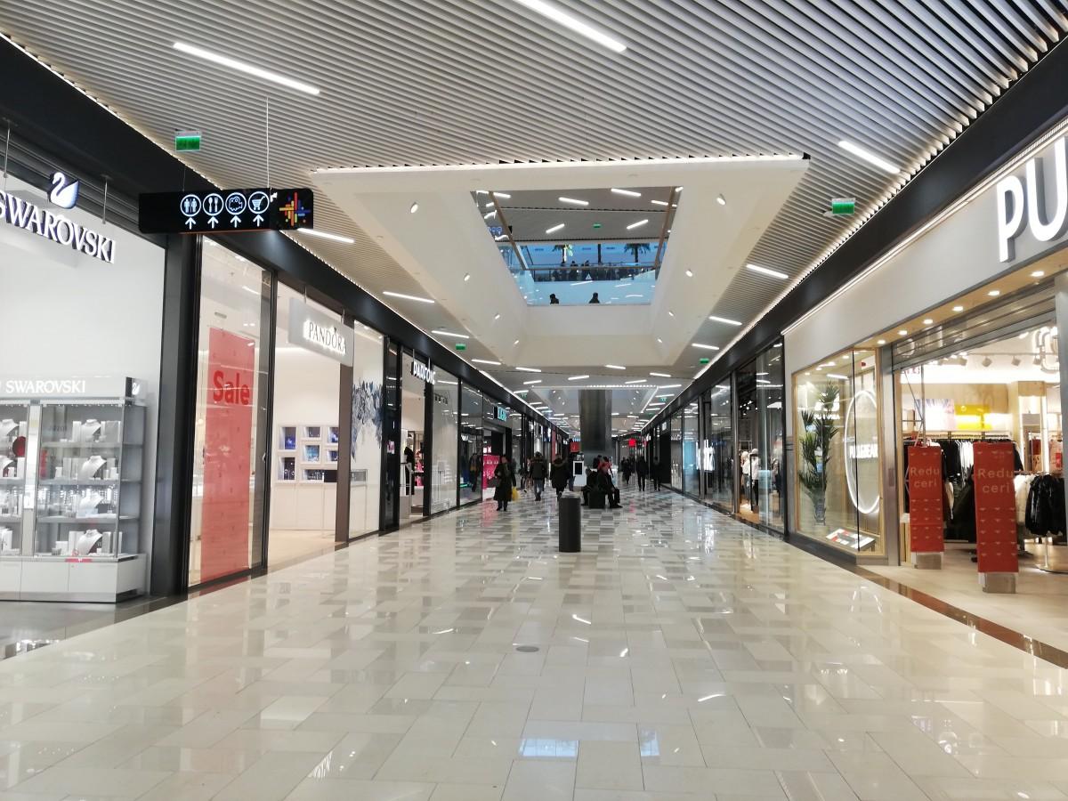 """Angajații de la parterul noului mall lucrează în frig. """"Ni se tot promite că se rezolvă, dar nu se schimbă nimic"""""""