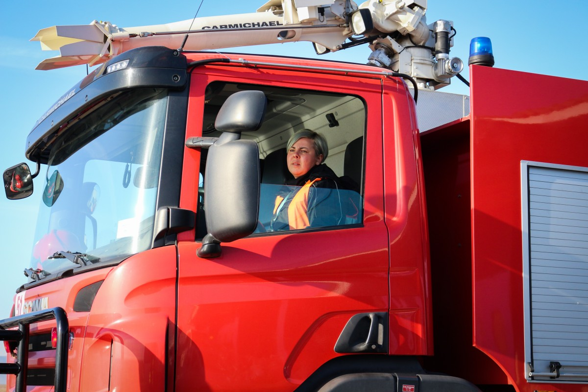 """Delia Jitianu, singura femeie dintre șoferii Aeroportului Internațional Sibiu: """"Nu-mi regret decizia"""""""