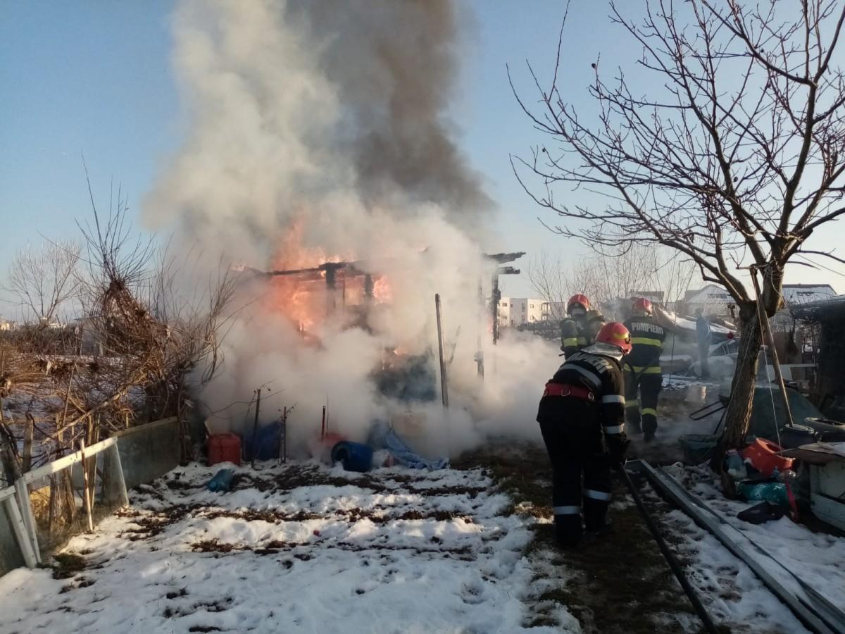 O femeie a suferit arsuri de gradul 1 și 2 într-un incendiu