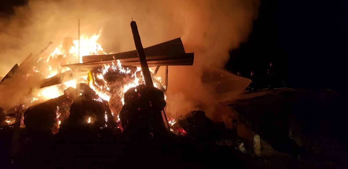 Incendiu puternic la o casă. Trei bărbați transportați la urgențe, cu arsuri