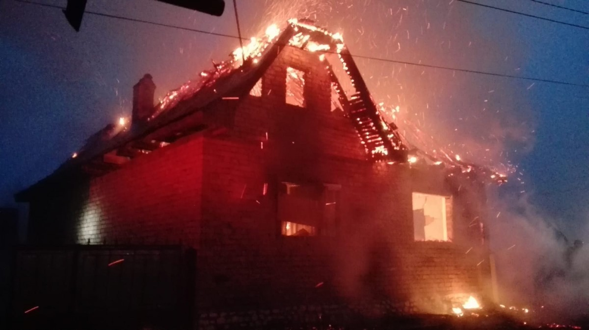 Unul din bărbațiicare au suferit arsuri în incendiul de la Ighișu Nou a decedat. Un altul este în stare gravă la București