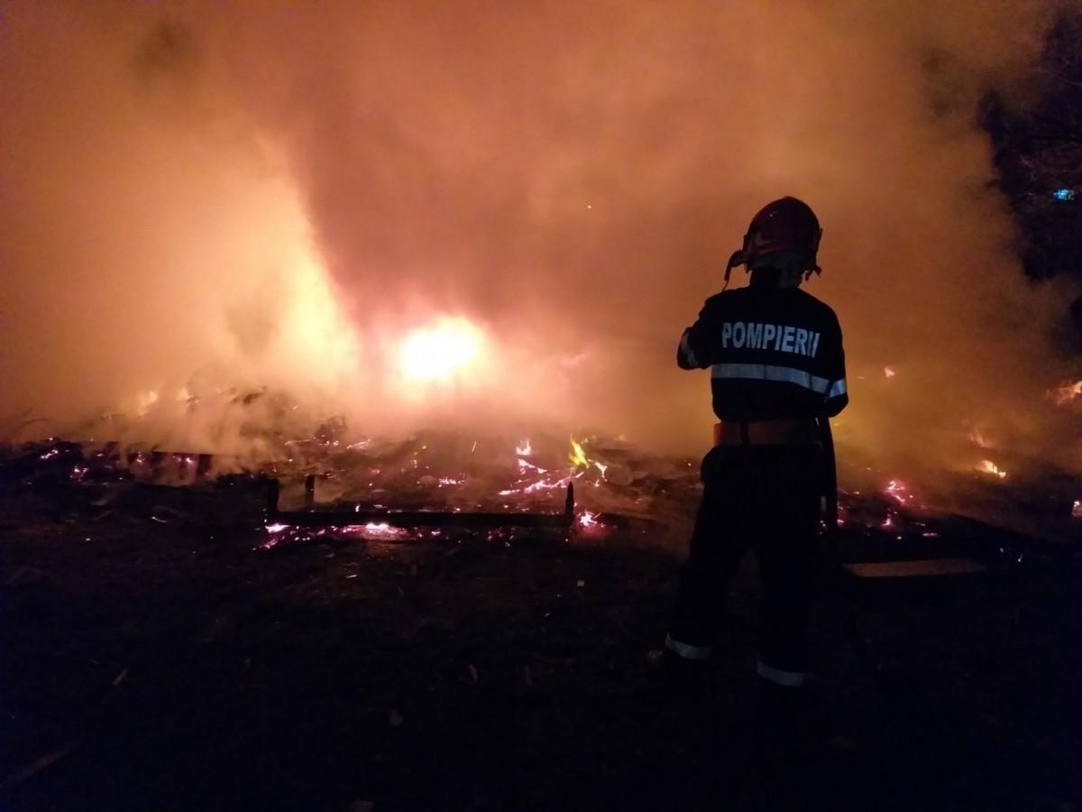 Incendiu pe Calea Cisnădiei. Au ars 1000 kg de deșeuri