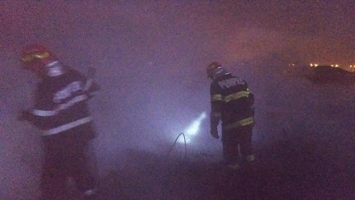 Incendiu în câmp, lângă Sibiu. A ars un fost adăpost de animale