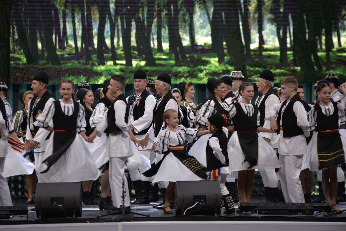 Maraton folcloric la Sibiu: 14 ansambluri folclorice, aniversarea de 75 de ani a Junilor Sibiului și 1.300 de spectatori