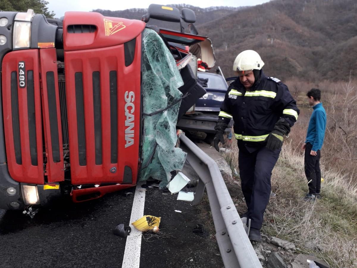 Accident mortal la Boița. Șoferul unui TIR a murit după ce a pierdut controlul volanului